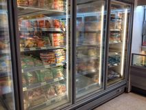 冷冻机和冷冻食品在大型商场 免版税库存图片