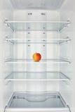 冷冻机房间开放苹果 免版税库存照片