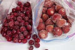 冷冻草莓和樱桃在包裹结冰的 免版税图库摄影