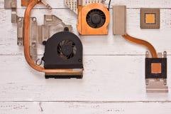冷却系统顶视图在白色破旧的木背景的 Heatpipe和幅射器,微处理器 库存图片
