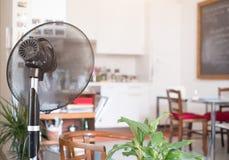 冷却风扇刷新的本级教室为夏天 库存图片