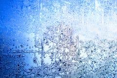 冻冬天窗口,玻璃与冷淡的样式、树冰纹理、雪花,新年或圣诞节装饰品横幅的 免版税库存图片