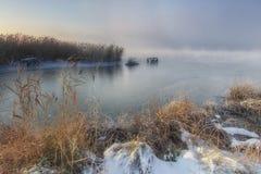 冻河的看法在冬天有雾的早晨 免版税库存照片