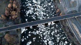 冻河顶视图 河桥梁 鸟` s眼睛视图 库存图片