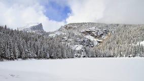 冻湖在与山的冬天在背景中 免版税库存照片