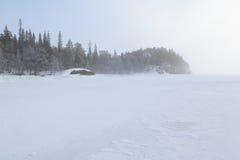 冻结冬天海运的有雾的海岸。 免版税库存照片