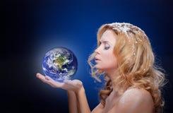 冻结女孩藏品地球地球(西方hemispere) 免版税库存图片