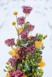 冻结成冰的红色和黄色玫瑰 免版税库存图片