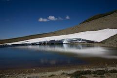 冻结湖更加多雨的日出 图库摄影