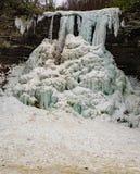 冻结的小瀑布秋天- 2的一个垂直的看法 免版税库存照片