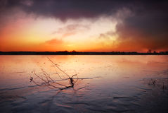 冻结的湖日落 免版税库存图片