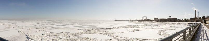 冻苏必利尔湖在德卢斯,明尼苏达 库存照片
