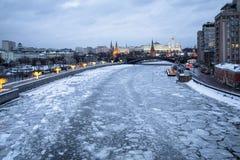 冻莫斯科河和克里姆林宫看法在冬天 免版税库存图片
