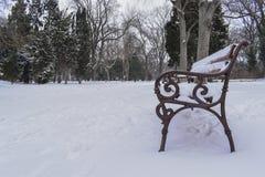 冻长凳在海庭院里在大雪以后的瓦尔纳 库存图片