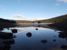 冻黑湖和反射在水中 免版税图库摄影