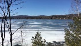 冻Onota湖在Pittsfield,马萨诸塞 库存图片