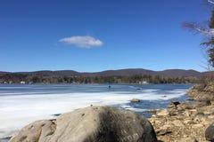 冻Onota湖在Pittsfield,马萨诸塞 库存照片