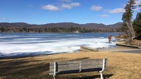 冻Onota湖在Pittsfield,马萨诸塞 免版税库存图片