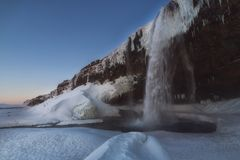 冻Seljalandsfoss瀑布在冬天 免版税图库摄影