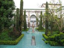 洗净液喷泉在巴黎清真寺庭院里  免版税库存照片