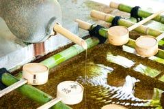 洗净液的水水池在日本寺庙 免版税图库摄影