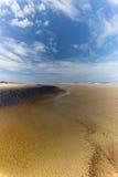 净水湖和蓝天在海滩 库存图片