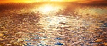 净水背景,安静波浪 横幅,全景 库存图片