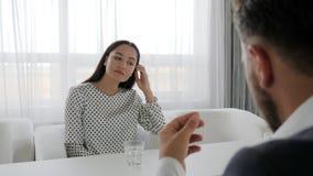 凄惨的妇女画象供以座位在办公室工作者桌在心理治疗家,对话和上司上,