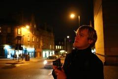 准备一个年轻的人在晚上拍照片在爱丁堡 库存图片