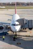 准备一架飞机的未认出的工作者在基辅,乌克兰 库存照片