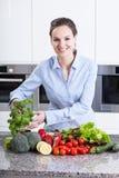 准备一顿健康膳食的厨师 库存照片