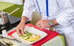 准备一顿美好的餐馆膳食的厨师 库存照片