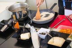 准备一顿鲜美健康膳食的厨师 库存图片