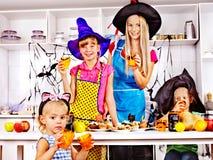 准备万圣夜食物的家庭。 免版税库存图片