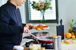 准备与各种各样的菜和肉的成熟厨师一顿膳食 库存图片