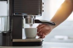 准备与咖啡壶的人浓咖啡 免版税图库摄影