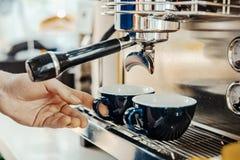 准备与咖啡机器的Barista热奶咖啡 咖啡准备概念 库存图片