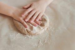 准备与孩子在厨房里,家庭休闲的概念食物 库存图片