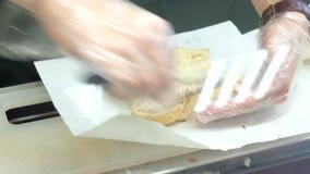 准备与新鲜的金枪鱼的厨师一个三明治 股票录像