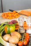 准备与新鲜蔬菜的一顿健康膳食 免版税库存图片