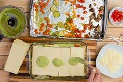 准备与新鲜蔬菜的人一个烤宽面条 库存图片