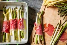 准备与熏火腿的被烘烤的芦笋 免版税图库摄影
