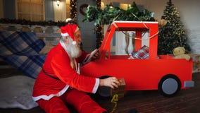 准备与片剂的快乐的父亲圣诞节礼物 股票视频