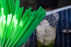 准备与绿色秸杆的一份饮料 免版税库存照片