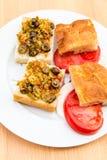 准备与腌汁muffaletta的素食三明治,蕃茄 免版税库存图片