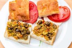 准备与腌汁muffaletta的素食三明治,蕃茄 库存图片