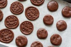 准备与被按的文本的巧克力曲奇饼'我爱你' 库存图片