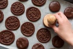 准备与被按的文本的巧克力曲奇饼'我爱你' 库存照片