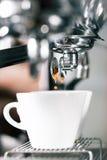 准备与portafilter机器的Barista咖啡 图库摄影