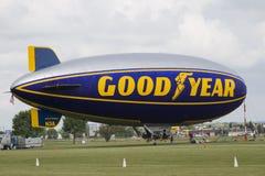 准备为飞行的Goodyear软式小型飞艇 免版税图库摄影